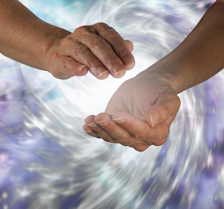 Dans le noir, des mains pour éveiller vos sens